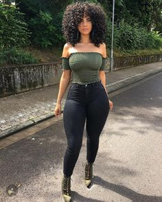 Fashion women's outfits by occasions with green T-shirt and jeans for women - Frisuren femme Thick Body, Slim Thick, T-shirt Und Jeans, Look Fashion, Fashion Outfits, 90s Fashion, Fashion Women, Look Body, Sexy Women