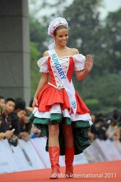 Virágh Nóra a Miss International 2011 döntőjében magyar népviseletben