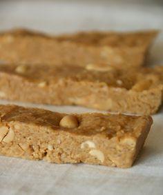 Skinny pindarepen Men neme (voor 5 repen): - 120 gram (fijne) havervlokken - 6 eetlepels pindakaas - 2 eetlepels honing - 2 eetlepels kokosolie - handje ongebrande pinda's