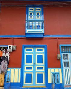 Filandia, Quindío (Colombia)    Paisaje Cultural Cafetero - Eje Cafetero - Coffee Cultural Landscape   #balcony #colorful Jeep Willys, Simple Pleasures, Windows And Doors, Gabriel, Color Mixing, Colonial, Garage Doors, San, Memories