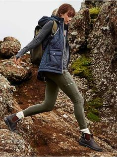 Get moving down the trail in hiking gear from Athleta. The right hiking clothes allow for changes in the weather. Casual Skirt Outfits, Winter Outfits, Cute Outfits, Sport Outfits, Outfits Mujer, Outfits Damen, Camping Outfits, Womens Hiking Outfits, Camping Attire