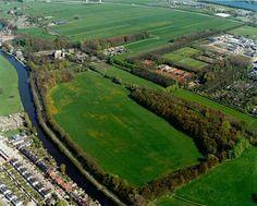 Luchtfoto van het weidegebied aan de noordoever van de Vecht te Utrecht, uit het zuiden. Links de Vecht en een gedeelte van de Daalseweg. Op de achtergrond de 2e Polderweg met links het Slot Zuylen te Oud-Zuilen en rechts een deel van het Bedrijventerrein Overvecht.