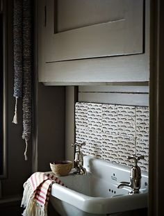 I love these old sinks..... I have one with counters on both sides in my kitchen and need one for an outdoor kitchen.