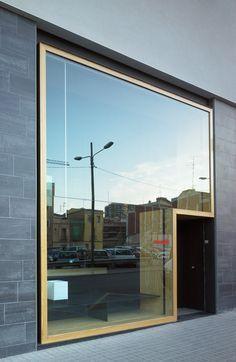 Cadre vitrine pour aperçu total exposition! Baas Arquitectura, music distribution offices, barcelona