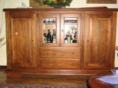 Credenza-base in legno massello di noce fraké a due ante, corpo centrale composto da antine in vetro e cassetti