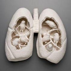 これも陶磁器。ヒトの肺の空間を上手く使って鳥と組み合わせているのが面白い発想である。