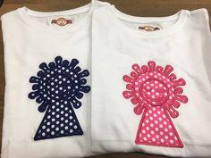 Camisetas modelo Virgen del Pilar en color azul y rosa.