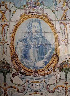 """A 22 de Outubro de 1689, nasce D. João V (1689-1750), que viria a ser o 24º Rei De Portugal e que com o cognome de """"O Magnânimo"""" reinaria entre 1 de Janeiro de 1707 e  31 de Julho de 1750. O reinado D. João V foi rico sob um ponto de vista cultural. No domínio das artes manifesta-se o barroco na arquitectura, mobiliário, talha, azulejo e ourivesaria.  D. JOÃO V – Painel de azulejos no Jardim do Palácio Galveias, Lisboa."""