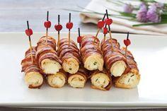 I cannoncini di pancarrè avvolti nella pancetta sono degli originali e gustosi fingerfood, croccanti fuori e cremosi dentro, che spariranno in un lampo.