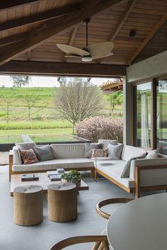 Uma casa que fosse tão aconchegante para os donos quanto para seus convidados. Essa foi a premissa do projeto desenvolvido pelaTriplex Arquiteturano cond