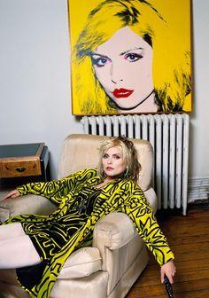 Debbie Harry from Blondie with her portrait by Andy Warhol Blondie Debbie Harry, Tachisme, Princesa Punk, Pop Art, Andy Warhol Portraits, Richard Hamilton, Delon, Deneuve, Rocker