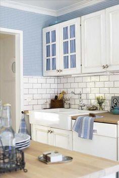 white & blue kitchen. Hjärtformat tennfat, 225kr, Hans Mikaels, tallrik, 300 kr/st, Mikaela Willers, kökshandduk, 45kr/s...