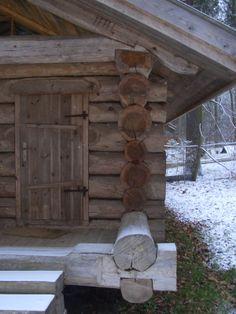 Дверь низкая – согласно обычаю, входить в дом надо с поклоном. Но главное, что такой небольшой дверной проем мешает теплу уходить из помещения.