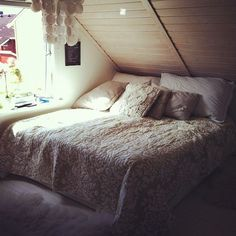 WHAT I WOULD GIVE TO DIVE HEAD FIRST INTO THIS BED RIGHT NOW...
