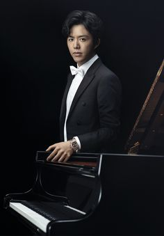 Chinese pianist and Rolex Testimonee  Yundi Li wearing his Rolex Cosmograph Daytona in Everose gold.