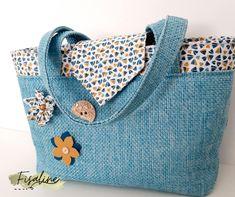 Sac Madison en toile bleue et broches fleuries cousu par Celine - Patron Sacôtin