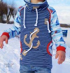 Max und Maxi ist ein klassisches Schnittmuster für einen Raglansweater mit optionaler Känguru-Bauchtasche. Der Kinderpulli-Schnitt bietet drei Halsausschnitt-Varianten: ein normales Rundhals-Bündchen, einen großen Kuschelkragen und du kannst sogar einen Kapuzenpulli damit nähen. Der Sweater hat eine angenehm legere Weite und ist speziell für kuschelige Sweats konzipiert worden. Er eignet sich aber auch für Stretchfrottee, Nicky oder Interlock. Du kannst auch aus Jersey nähen - musst aber…