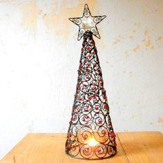 Vánoční+stromeček+Velký+vánoční+stromeček+je+vyrobený+z+černého+žíhaného+drátu.+Celý+je+ze+spirálek+dozdobených+červenými+skleněnými+perličkami+a+hvězda+je+doplněna+o+skleněný,+broušený+lustrový+ověs+o+velikosti+26+mm.+Stromeček+může+sloužit+jen+tak+jako+dekorace+nebo+jej+můžete+použít+jako+stínítko+na+svíčku+a+můžte+se+tak+navíc+kochat+krásnými...