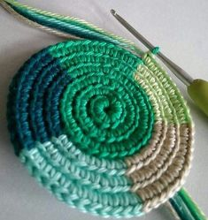 🎅🏻🤶🏻: arte em crochê - Salvabrani - image for you Learn how to create the Crochet Bead Stitch. The bead stitch is similar to a puff stitch but it is worked around a double crochet next to it instead. Coasters vintage coastal look - Salvabrani Mode Crochet, Crochet Diy, Crochet Motifs, Tunisian Crochet, Crochet Crafts, Crochet Stitches, Crochet Projects, Crochet Squares, Crochet Granny