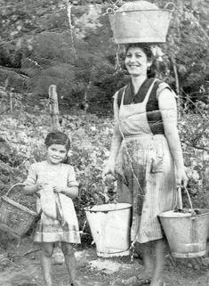 Ir al río a lavar la ropa y traer un cubo lleno en la cabeza - Foto de Homenaje al campo asturianu