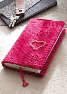 Book cover with heart made with Catania Free Knitting Patterns For Women, Cable Knitting Patterns, Christmas Knitting Patterns, Easy Knitting, Knitting For Beginners, Knitting Stitches, Knitting Books, Knitting Projects, Knitting Ideas