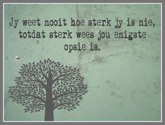 Afrikaanse Inspirerende Gedagtes & Wyshede: Jy weet nooit hoe sterk jy is nie, totdat sterk wees jou enigste opsie is. Quotable Quotes, Sad Quotes, Quotes To Live By, Inspirational Quotes, Inspire Quotes, Qoutes, Positive Thoughts, Positive Quotes, Afrikaanse Quotes