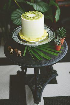 Deze kiwi-citroen bruidstaart past zo goed bij de jungle style. // Fotograaf: Anouk fotografeert // Bruidstaart: Sugarlips cakes // Girls of honour Take The Cake, Kiwi, Cupcakes, Wedding Ideas, Table Decorations, Home Decor, Cupcake Cakes, Decoration Home, Room Decor