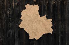 Tablica korkowa w kształcie Warszawy z wygrawerowaną siatką ulic. Wiernie odwzorowany plan Warszawy zawierający układ ulic, kolej, metro, tereny zielone, cmentarze, zbiorniki wodne. Wszystkie elementy wypalone w korku grubości 8mm. Może posłużyć zarówno do celów praktycznych jak i ozdobn...