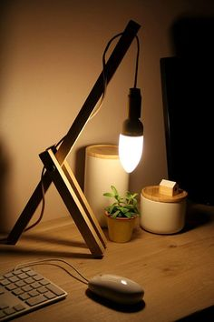 Beautiful The Easiest Wood Lamp Tutorial We think this is the easiest tutorial to make a wooden desk lamp. Just 3 pieces of wood, including 2 of the same length, drilled and screwed toget. Wooden Desk Lamp, Table Lamp Wood, Desk Light, Lamp Light, Diy Luminaire, Bois Diy, Lamp Design, Design Design, Decoration