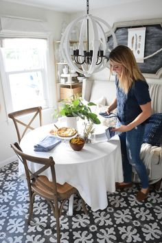 Tips for Hosting Thanksgiving in a Tiny House - Nesting With Grace Fall Home Decor, Autumn Home, Diy Home Decor, Small Space Living, Small Spaces, Hosting Thanksgiving, Thanksgiving Ideas, Holiday Ideas, Tiny Dining Rooms