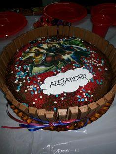 Vainilla con topping de Chocolate y cubierta de kit kat con decoración de Advengers!!!!