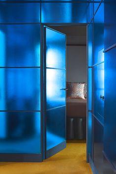 Cette antichambre accueille des rangements habillés de panneaux recouverts de papier cadeau bleu métallisé (Clairefontaine).
