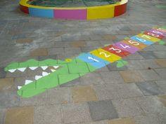 U kunt een betonverf gebruiken om leuke en speelse vormen aan te brengen op het schoolplein. Leuk voor kinderen en de betonverf is makkelijk aan te brengen.