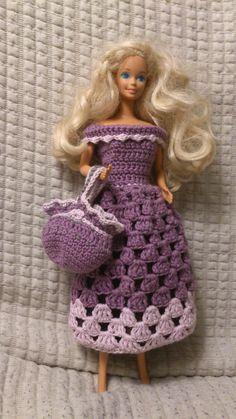 Første forsøg på at hækle Barbie-tøj. Hæklet ud fra egne tanker