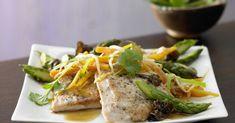 Asiatisches Spargel-Gemüse aus dem Wok mit Putenmedaillons: Ein Spargelgericht mit einem erfreulich niedrigen Fett- und Kaloriengehalt.
