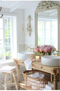Love this vintage-style bathroom!