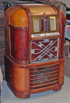 Rock-Ola 1940 Master 1401 No. Daddy bought a used one for our 'whoopie room'. Lotsa dancin' done here and stacks of vinyl. Jukebox, Rock And Roll, Music Machine, Radios, Record Players, Vinyl Music, Phonograph, Vintage Music, Cool Diy Projects