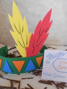 Deixe sua festa ainda mais bonita! Encante seus amigos e familiares com uma linda decoração!    Cocar de Índio e Índia feito de EVA.  Ótima opção para festa escolares, o cocar enfeite lindamente a cabeça dos alunos.    Cores variadas    ATENÇÃO: ao comprar o produto, a quantidade informada deve s... Kids Crafts, Hat Crafts, Holiday Crafts For Kids, Thanksgiving Crafts, Toddler Crafts, Thanksgiving Decorations, Preschool Crafts, Easter Crafts, Diy For Kids