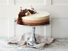 Suussa sulavan pehmeä ja herkullinen kolmen suklaan juustokakku on takuuvarma juhlien suosikki. Kakku sopii monenlaisiin juhliin ja on näyttävä sellaisenaan ilman monimutkaisia koristeita.