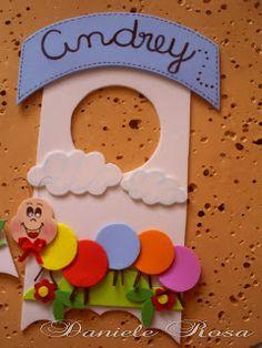 Enfeite de maçaneta com o nome da criança e bloquinho com folhas.  Na frente vem uma mensagem com o chocolate Bis!  Gostou?  Eu amei!