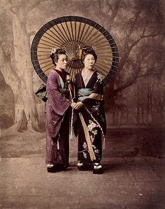 Deux jeunes filles portant une ombrelle • 1880 ?  Felice Beato et/ou Raimund von Stillfried-Ratenicz