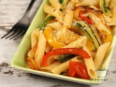 Salata de paste cu legume Romanian Food, Romanian Recipes, Pizza Lasagna, Delicious Desserts, Dessert Recipes, Pasta, Thai Red Curry, Ethnic Recipes, Vinaigrette