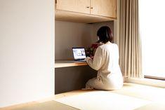 家で仕事をするときは、小上がりの腰掛けて。足元はお子さんの隠れ家にもなっていました。 #G様邸新御徒町 #小上がり #デスク #ワークスペース #デスクスペース #狭小住宅 #インテリア #EcoDeco #エコデコ #リノベーション #renovation #東京 #福岡 #福岡リノベーション #福岡設計事務所 Floating Nightstand, Table, Furniture, Home Decor, Floating Headboard, Decoration Home, Room Decor, Tables, Home Furnishings