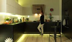 Mustavalkoinen nykyaikainen keittiö