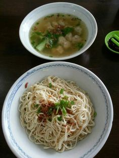 Kolo Mee (Noodles) is one of the most popular, readily available (locally) wholesome meal for the locals and visitors alike. It is a substitute staple food for rice. Eating is the past time of eve… Noddle Recipes, Kuching, Food Staples, Noodles, Eve, Spaghetti, Lunch, Asian, Popular