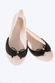 Divine II from Melissa Plastic Shoes is a cute, glossy ballet pump. The shoe has a pretty black bow on the toe with a gold Melissa badge in the middle. We love the contrasting black peter pan collar, in a matte finish, as it makes the shoe a very feminine style.