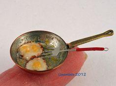 Miniaturas para casa de muñecas. Sartén con huevos fritos y pala.