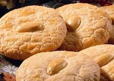 Είναι οι περιφήμοι εργολάβοι! Απολαύστε τους!     Υλικά  Άχνη ζάχαρη: 240 γρ.  Τριμμένα αμύγδαλα: 250 γρ.  Αυγά: 3 ασπράδια  Μισά...