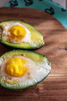 Lunchtip: ei in avocado - GezondGezin. Avocado Egg Bake, Baked Avocado, Avocado Hummus, Best Nutrition Food, Proper Nutrition, Egg Recipes For Breakfast, Breakfast Snacks, Healthy Snacks, Healthy Eating
