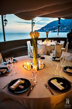 Wedding tablesetting, wedding day, on the terrace with sea view, flowers centerpiece, blackburries, callas flowers, crystals and candels, Sposa Mediterranea, Olga Studio.